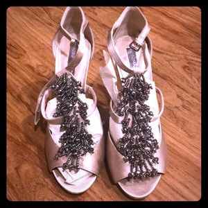 Like-new pair of heals to zhuzh up any outfit!